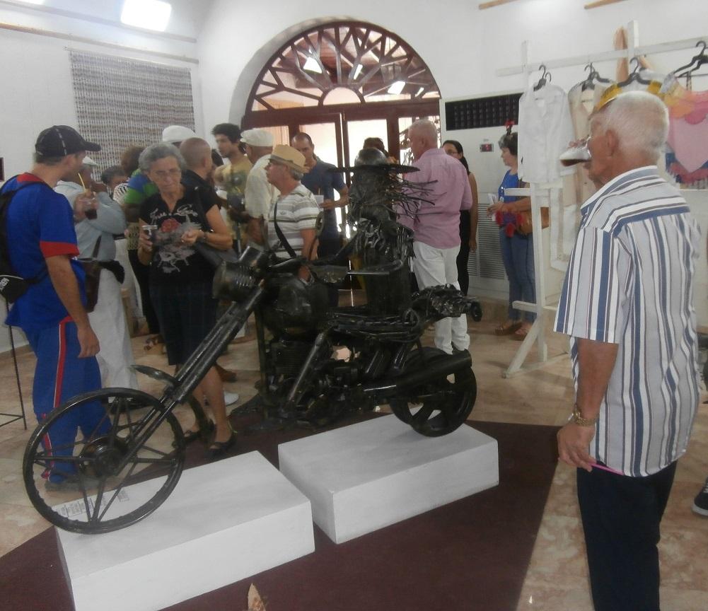 Un Quijote montado sobre una moto Harley Davidson resultó la obra más premiada, tanto por el público que visitó la muestra, como por el jurado. (Foto: Lisandra Gómez/ Escambray)