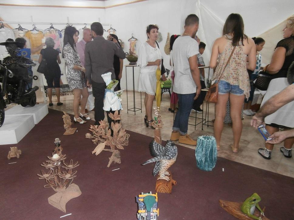 Piezas confeccionadas con textiles, fibras, madera, metales y muñequería concursaron en la muestra. (Foto: Lisandra Gómez/ Escambray)