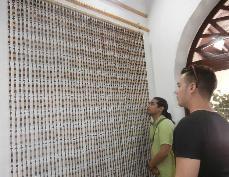 La cortina de Arnel Rogelio García, a quien se le dedicó el Salón, pesa 40 libras. (Foto: Lisandra Gómez/ Escambray)