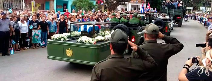 En Cabaiguán, la caravana se detuvo frente a la estatua de Faustino Pérez, expedicionario del Granma. (Foto: Karel López/ La voz de Cabaiguán)