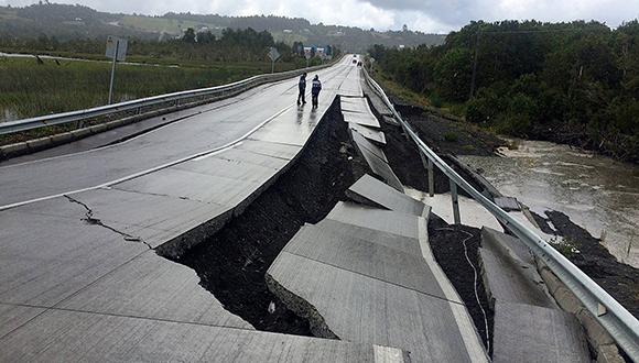 Testigos subrayaron que el sismo fue largo e intenso, con daños severos en las carreteras. (Foto: Reuters)