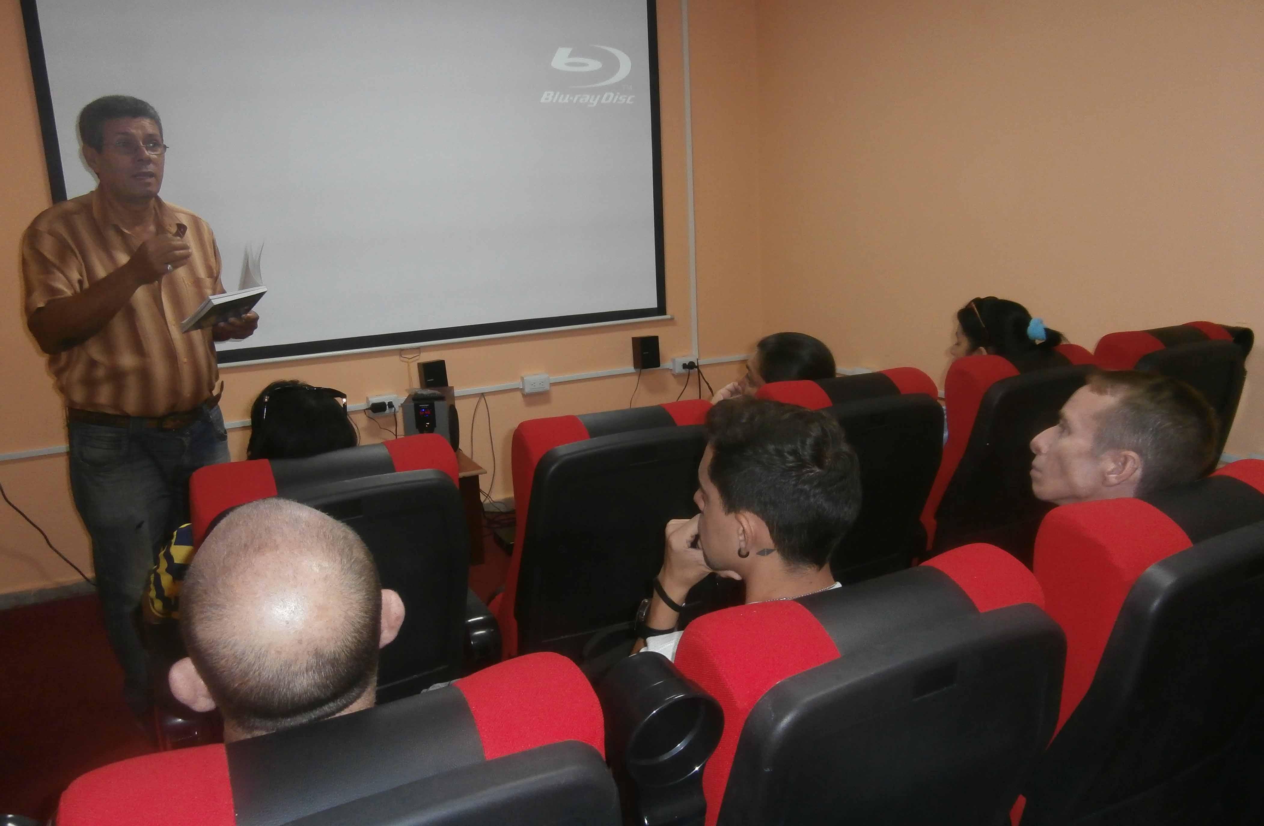 Marcos Antonio Calderón dialogó sobre la importancia de leer el texto sobre un fallido atentado contra Fidel. (Foto: Lisandra Gómez)
