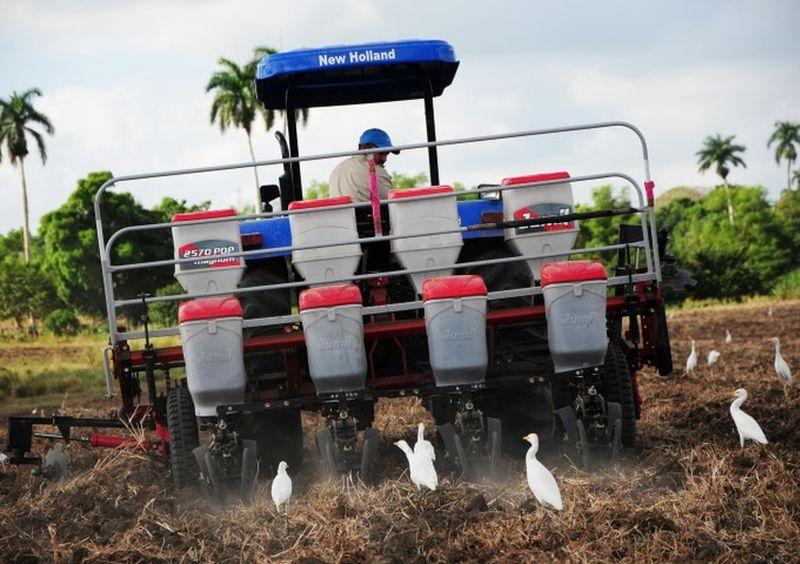 La sembradora de granos también surca y fertiliza.