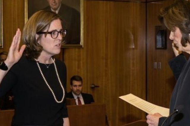 Ann Donnelley durante la juramentación de su cargo.