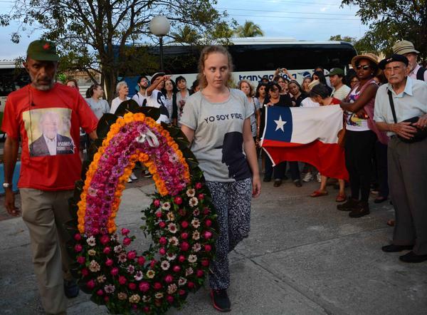 Miembros de la Brigada Suramericana de Solidaridad con Cuba rindieron homenaje a los mártires espirituanos. (Foto: Oscar Alfonso / ACN)