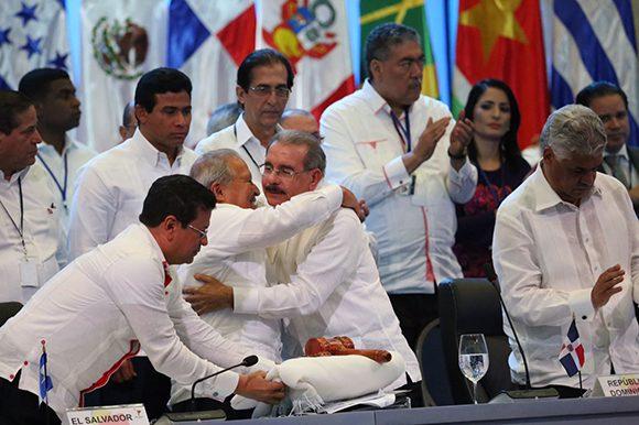 Abrazo entre el presidente de El Salvador, Sánchez Serén (izq.), y el de República Dominicana, Danilo Medina, luego de la entrega de la presidencia a los salvadoreños.