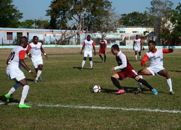 Escena del juego entre los equipos de Sancti Spíritus y Holguín, correspondiente al Torneo de Ascenso de Fútbol. (Foto: ACN)
