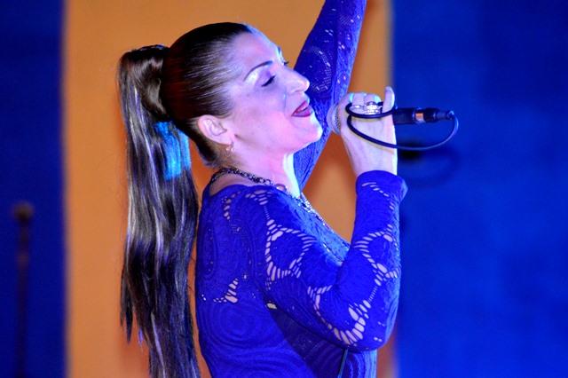 La cantante Liliet Alarcón arrancó ovaciones del público durante su interpretación. (Foto: Carlos Luis Sotolongo Puig/ Escambray)