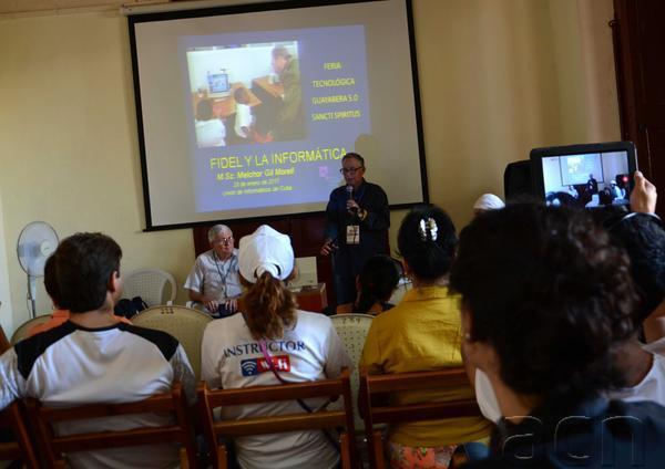El Dr. Melchor Gil Morell (C al fondo) durante su conferencia magistral en la Feria. (Foto: Oscar Alfonso / ACN)