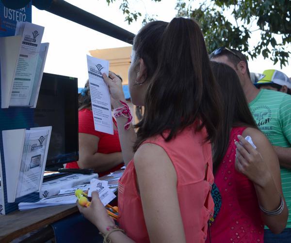 La juventud espirituana ha mostrado interés por los servicios tecnológicos que se ofertan en la feria. (Foto: ACN)