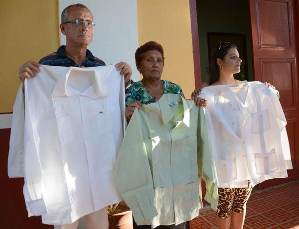 Guayaberas pertenecientes a Raúl Roa García, al periodista Max Lesnik, a Sam Nujoma y al arquitecto Agustín Rivero Más, donadas a la Casa de la Guayabera.