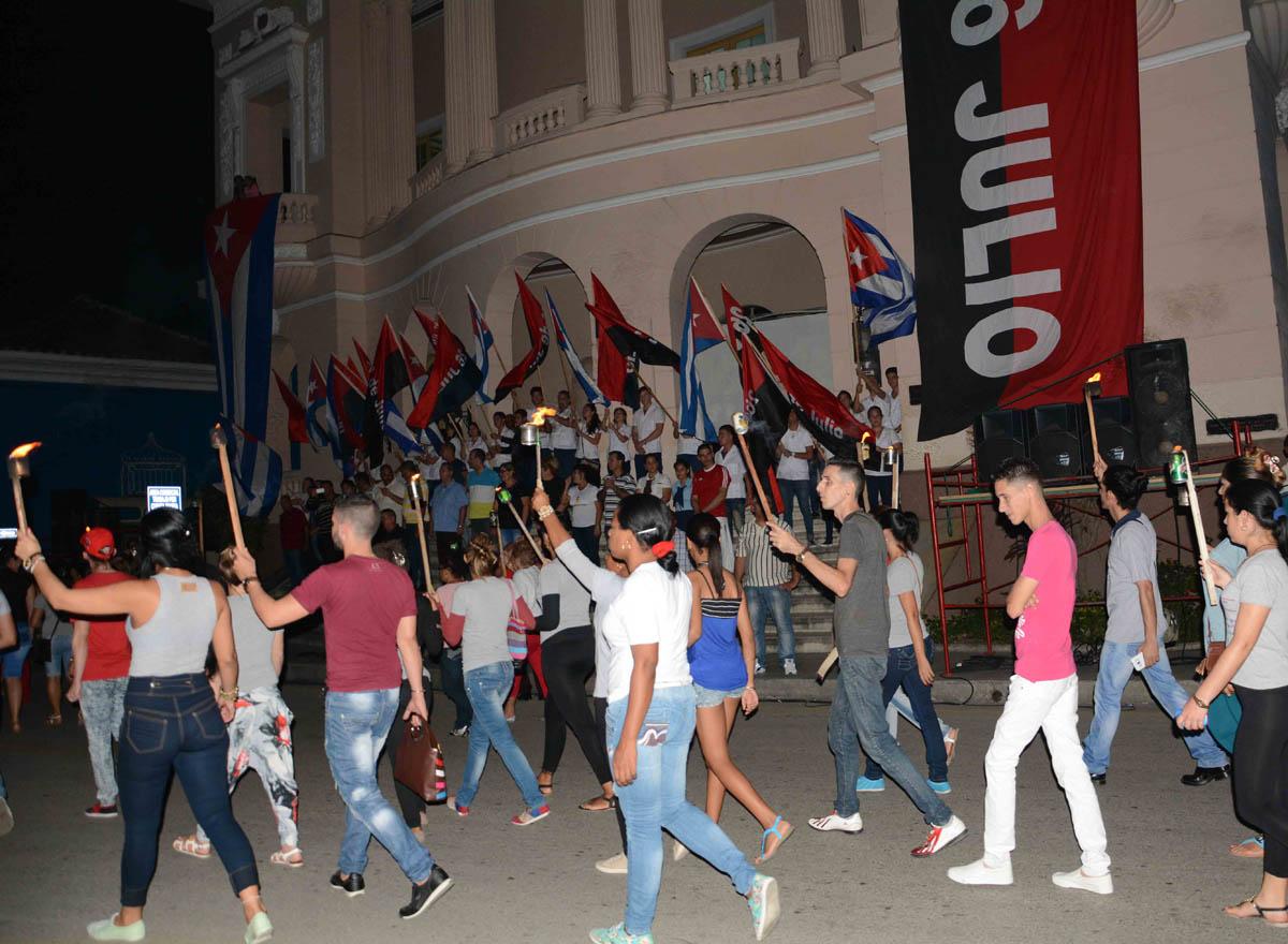 Momento de la Marcha de las Antorchas en Sancti Spíritus. (Foto: Oscar Alfonso)