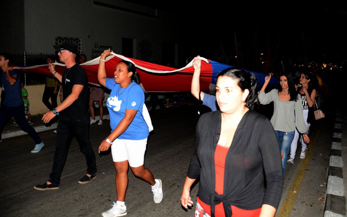 Miles de espirituanos enarbolaron antorchas y banderas durante la Marcha. (Foto: Oscar Alfonso)