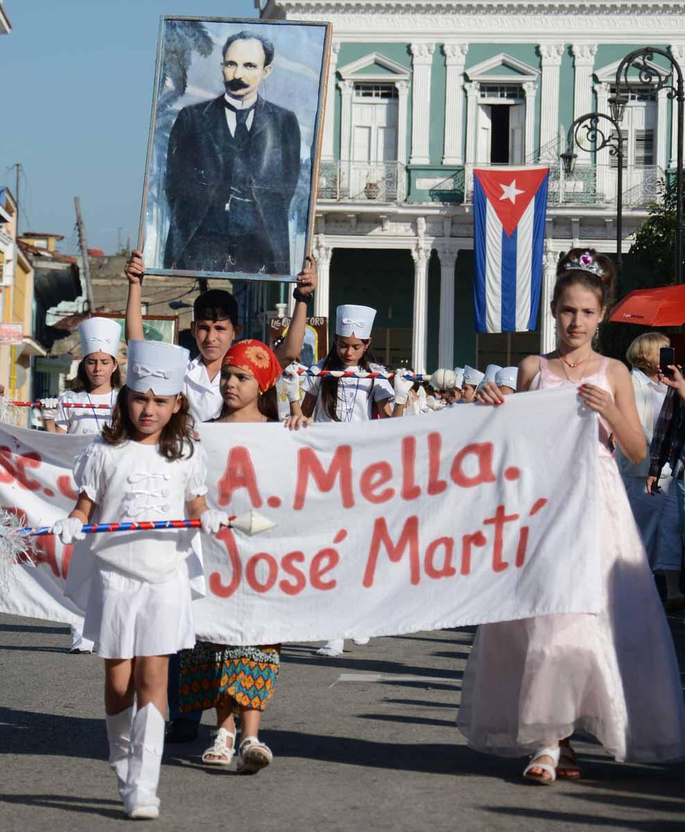 Pioneros, maestros y jóvenes espirituanos protagonizaron una gran fiesta dedicada al más universal de los cubanos. (Fotos: Oscar Alfonso)