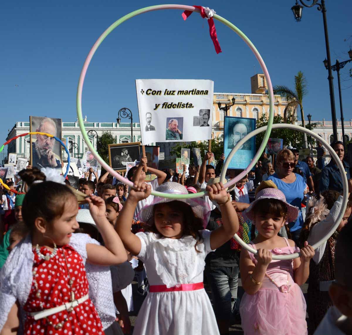 """Cargados de sueños y sonrisas, los """"príncipes enanos"""" y los que se sumaron al desfile demostraron cuánto hay en cada cubano de patriotismo, hermandad y fe en el porvenir. (Foto: Oscar Alfonso)"""