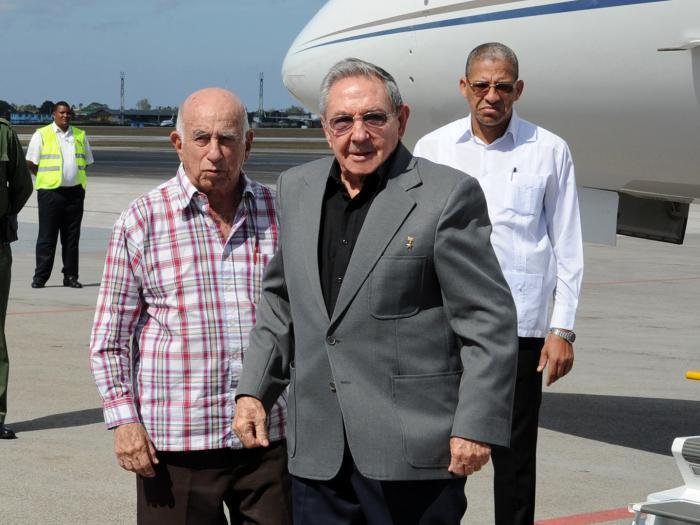 Raúl fue recibido por el vicepresidente José Ramón Machado Ventura. (Foto: Estudios Revolución)
