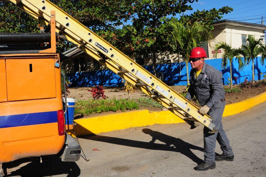Durante el 2016 los linieros espirituanos llevaron la rehabilitación y mantenimiento de redes a los ocho municipios. (Foto: Vicente Brito / Escambray)