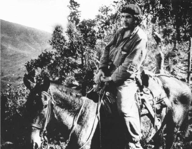 El Che Guevara sobre mulo en el Escambray