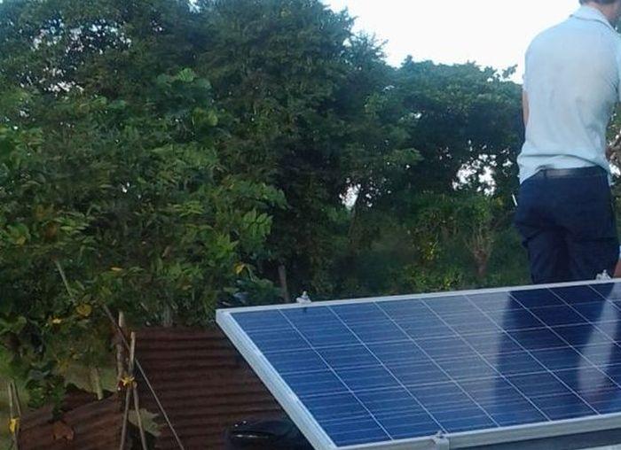 Con la instalación de paneles solares fotovoltaicos se benefician las viviendas que carecen de servicio eléctrico.