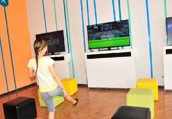 Los niños disfrutan de la variedad de juegos instalados en los equipos. (Foto: Vicente Brito/ Escambray)