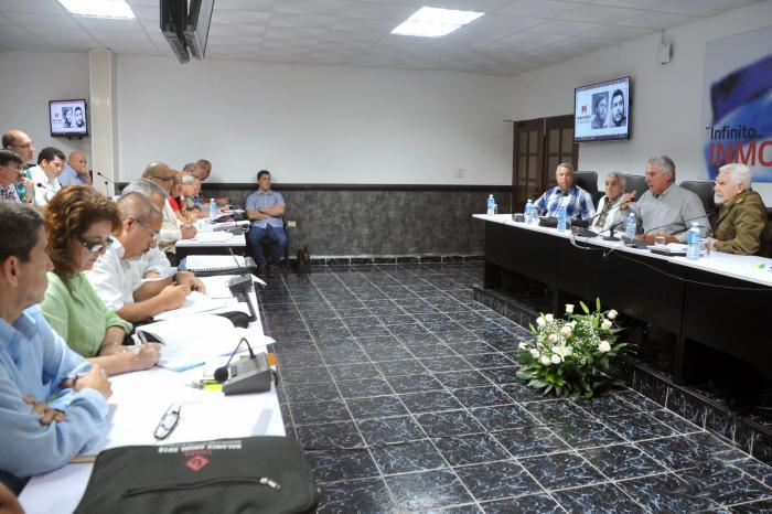 Díaz-Canel comentó las enormes posibilidades de sustituir importaciones que existen en el sector. (Foto: Estudios Revolución)