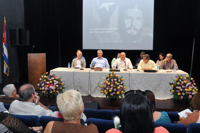 Díaz-Canel llamó a combatir el facilismo en la programación. (Foto: Estudios Revolución)