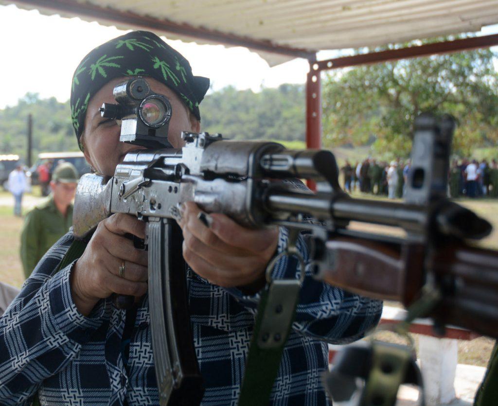 La preparación de la población en el manejo de las armas fue una de las actividades desarrolladas en el Día Territorial de la Defensa. (Fotos: Oscar Alfonso)