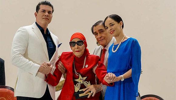 Alicia Alonso recibe la distinción Estrella del Siglo. (Foto: BNC/ Facebook)