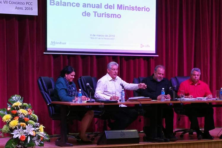 El presidente cubano instó en el balance del Ministerio del Turismo a lograr una gestión eficiente. (Foto @PresidenciaCuba)