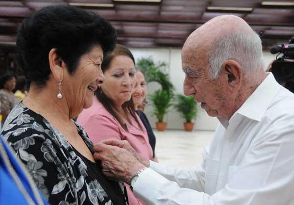 Machado Ventura entregó las órdenes Mariana Grajales. (Foto: Granma)