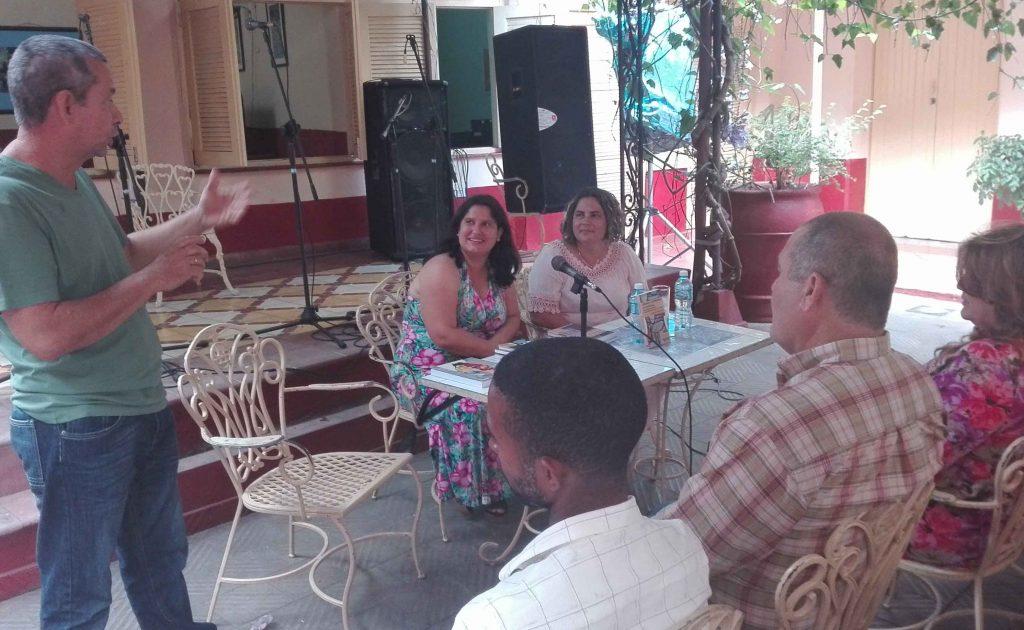 Yanetsy Pino Reina compartió con el público las interioridades del texto. (Fotos: Lisandra Gómez)