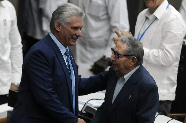 Raúl y Díaz-Canel  se saludan previo al inicio de la sesión. (FotoPL)