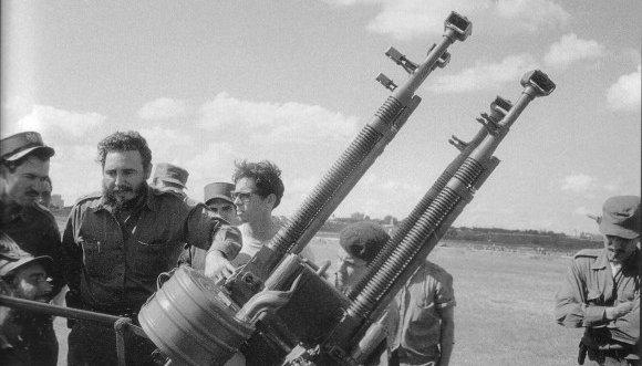 Fidel visita una brigada de la Defensa Antiaérea en los días de Girón. (Foto: Sitio Fidel Soldado de las Ideas)