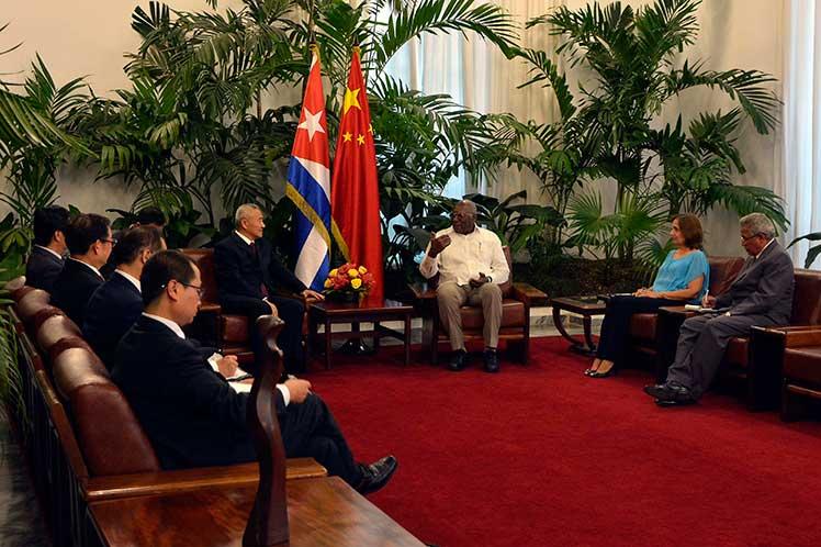 Valdés recibió a Shao como parte de la visita que realiza a la isla caribeña el dirigente asiático. (Foto: PL)
