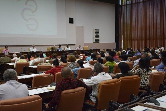 El presidente cubano tuvo una activa participación en el trabajo de las comisiones del Parlamento. (Foto: PL)