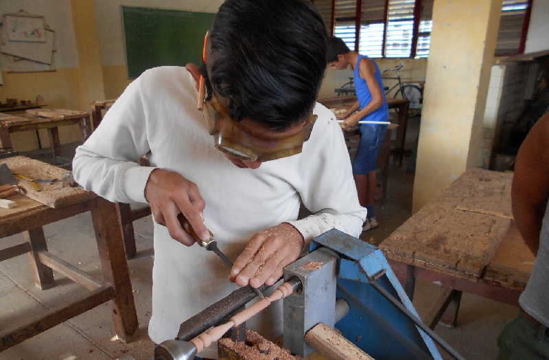 Los niños realizan diferentes labores que posibilitan su desarrollo. (Foto: Vicente Brito / Escambray)