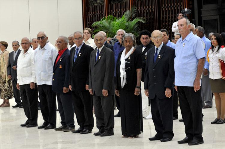 En primera fila los condecorados con los Títulos Honoríficos de Héroe y Heroína del Trabajo de  la República de Cuba.