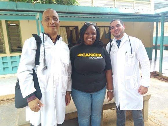 Médicos cubanos secuestrados en Kenya con una paciente. (Foto: The Star)