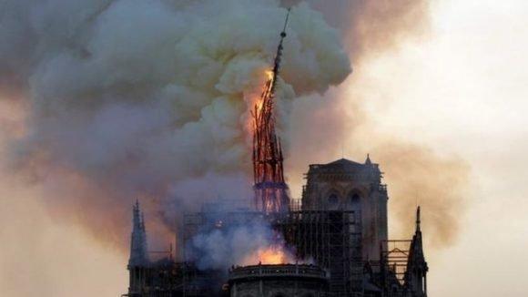 El fuego hizo sucumbir una de las torres de Notre Dame. (Foto: AFP)