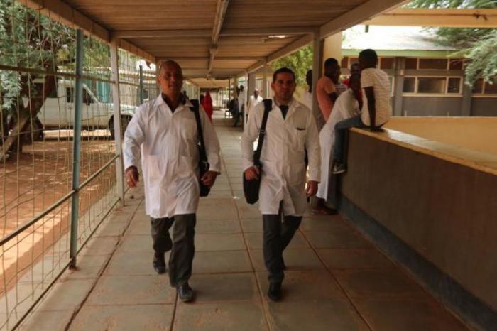 Los ministros de Cuba y Kenya evaluaron los esfuerzos conjuntos para el regreso de los dos médicos  secuestrados. (Foto: Granma)