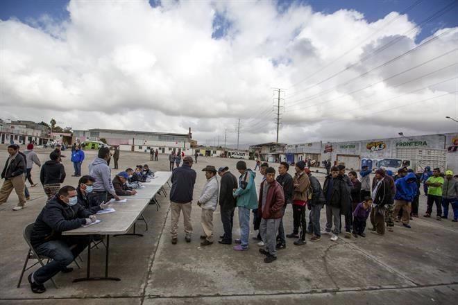 Miles de migrantes que piden asilo en Estados Unidos tienen que esperar en el lado mexicano de la frontera.