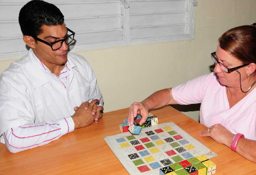 El proyecto beneficia las funciones cognitivas, estados emocionales, habilidades manuales y en actividades de la vida cotidiana de los pacientes. (Foto: Vicente Brito / Escambray)