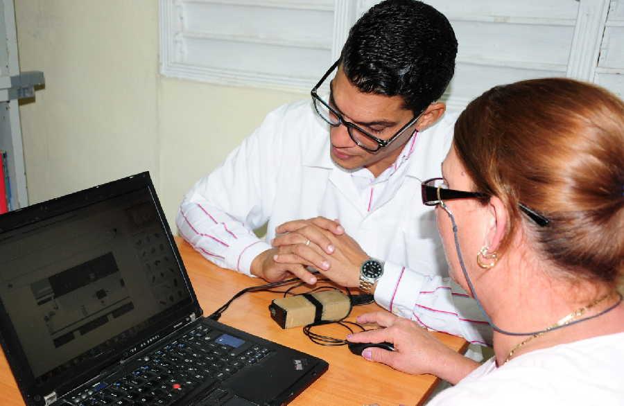 El doctor Rodney labora en el Hospital de Rehabilitación Faustino Pérez Hernández. (Foto: Vicente Brito / Escambray)