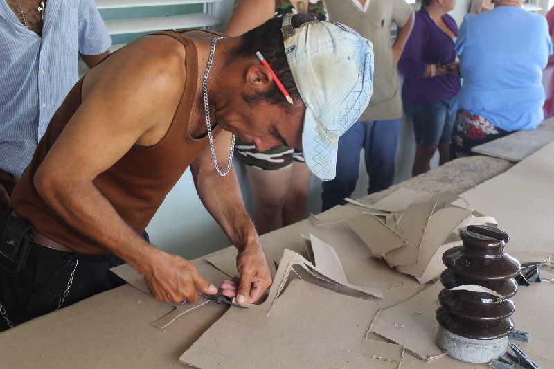 Yuniesky Salgado prestigia el trabajo en el taller de Meneses. (Fotos: Yoan Blanco)