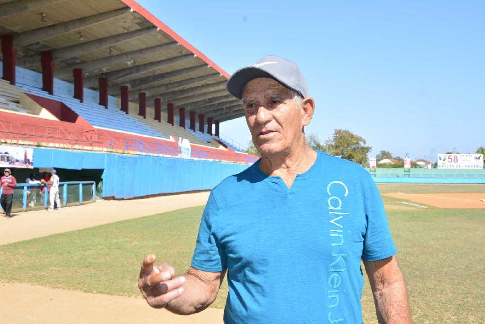 Tony Simó se enorgullece de haber compartido con grandes estrellas de la pelota cubana. (Foto: Vicente Brito / Escambray)