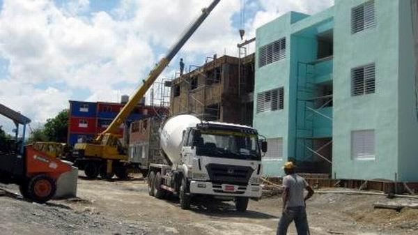 Díaz-Canel exhortó a consumar una respuesta digna en el tema de la construcción de viviendas. (Foto: Radio Rebelde)