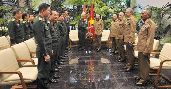 Momento del encuentro encabezado por Raúl y el coronel general Nguyen Chi Vinh.