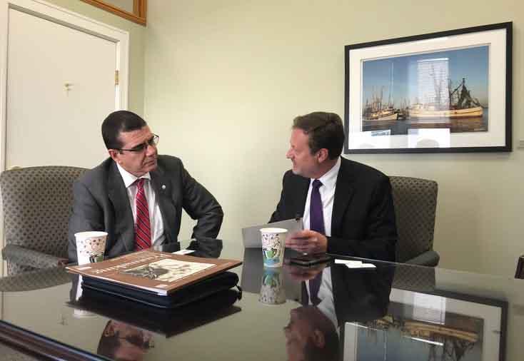 En la visita a Tampa, el embajador cubano dialogó con el concejal Bill Carlson. (Foto: @JoseRCabanas)