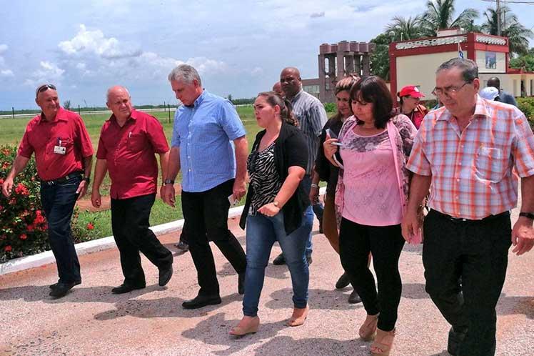 El Centro Meteorológico Provincial de Camagüey se incluyó en el periplo de Díaz-Canel por Camagüey. (Foto: PL)