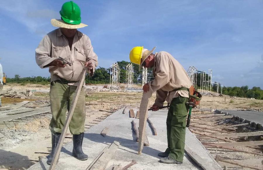 Fuerzas del Ministerio de la Construcción asumen la edificación de la obra. (Fotos: José Luis Camellón / Escambray)